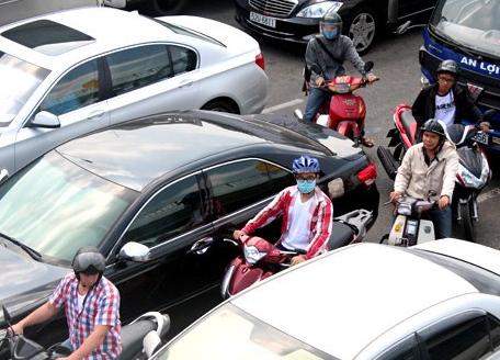 Kinh nghiệm lái xe ô tô an toàn trong thành phố đông dân cư